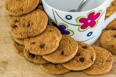 Vista dei biscotti e della tazza neri del cioccolato fotografia stock