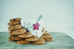 Vista dei biscotti e della tazza neri del cioccolato immagine stock libera da diritti