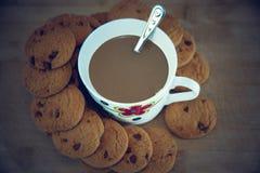 Vista dei biscotti e della tazza neri del cioccolato fotografie stock