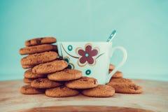 Vista dei biscotti e della tazza neri del cioccolato immagini stock libere da diritti