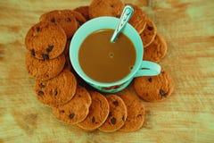 Vista dei biscotti e della tazza neri del cioccolato immagine stock