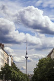 Strelitzer Strasse e tedesco di Fernsehturm della torre della televisione di Belin Immagine Stock