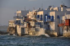 Vista dei caffè di lungomare e delle case famosi della città di Mykonos Fotografia Stock Libera da Diritti