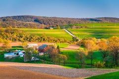 Vista dei campi dell'azienda agricola e di Rolling Hills nella contea di York rurale, Penn immagine stock libera da diritti