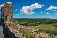 Vista dei campi e delle colline della Toscana da sopra le pareti del villaggio di Monteriggioni fotografia stock