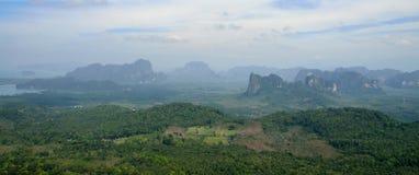 Vista dei campi e delle montagne in Tailandia dall'alta cima Immagine Stock Libera da Diritti