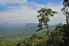Vista dei campi e delle montagne in Tailandia dall'alta cima Fotografia Stock
