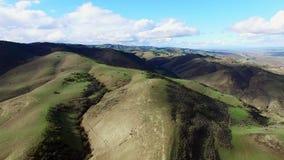 Vista dei campi fertili e di alte colline da sopra archivi video