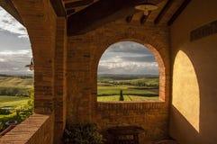 Vista dei campi verdi, Toscana, Italia Immagine Stock