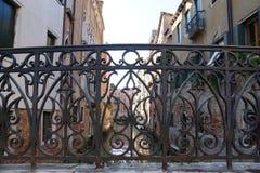 Vista dei canali di Venezia tramite il recinto decorativo del Fotografie Stock Libere da Diritti