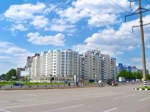 Vista dei caseggiati moderni a più piani la strada della città e Fotografia Stock
