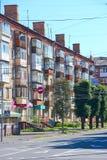 Vista dei caseggiati moderni a più piani la strada di città e Immagini Stock Libere da Diritti