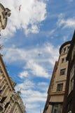 Vista dei cieli dalla via di Piccadilly a Londra immagini stock libere da diritti