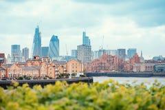 Vista dei Docklands di Londra con il Tamigi, del centro, il cetriolo ed il centro urbano immagine stock