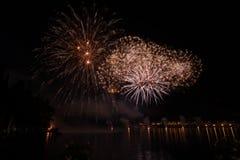 Vista dei fuochi d'artificio sul lago di polizia Immagine Stock