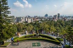 Vista dei giardini del terrazzo del castello di Chapultepec con l'orizzonte della città - Città del Messico, Messico Fotografie Stock
