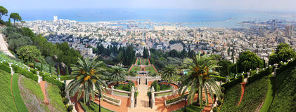 Vista dei giardini di Bahai e delle vie della città dal terrazzo superiore Fotografia Stock