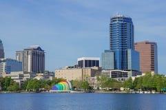 Vista dei grattacieli, dell'orizzonte, dell'anfiteatro e della fontana nel lago Eola, Orlando del centro, Florida Fotografia Stock