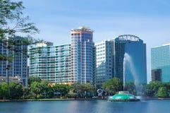 Vista dei grattacieli, dell'orizzonte e della fontana nel lago Eola, Orlando del centro, Florida Fotografia Stock