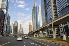 Vista dei grattacieli e della metropolitana del Dubai lungo Sheikh Zayed Road, Dubai Fotografia Stock