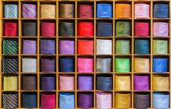 Vista dei legami differenti di colori nella vetrina Immagini Stock Libere da Diritti