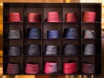 Vista dei legami differenti di colori nella vetrina Fotografie Stock