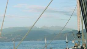 Vista dei livelli differenti di montagne del Madera Vista dal bordo dell'yacht di navigazione stock footage