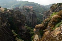 Vista dei monasteri di Meteora della cima della scogliera Immagine Stock Libera da Diritti