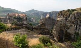 Vista dei monasteri di Meteora della cima della scogliera Immagini Stock Libere da Diritti