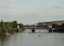 Vista dei monumenti dal fiume a Praga Immagine Stock