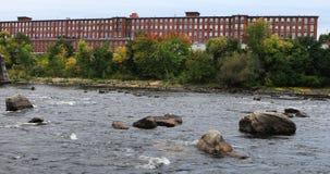 Vista dei mulini lungo il fiume Manchester, New Hampshire 4K di Merrimack stock footage