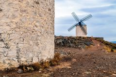 Vista dei mulini a vento che stanno sulla collina, Spagna, Europa fotografia stock libera da diritti