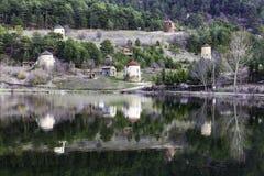 Vista dei mulini a vento di pietra e della riflessione della foresta su acqua dal lago Cubuk Fotografia Stock Libera da Diritti