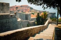 Vista dei mura di cinta e di Città Vecchia di Ragusa, Dalmazia, Croazia fotografia stock