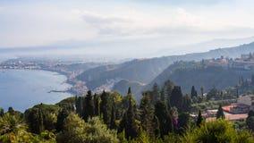 Vista dei naxos di giardini e sulla costa del mare ionico fotografia stock