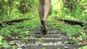 Vista dei passi Ragazza spaventata che fugge nella foresta, strada ferrata video d archivio