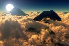 Vista dei picchi di montagna al tramonto Fotografia Stock