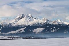 Vista dei picchi e della neve di montagna nell'orario invernale, alto Tatras Immagini Stock
