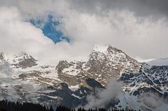 Vista dei picchi nevosi in Les-Contamines-Montjoie Immagini Stock