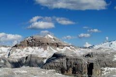 Vista dei picchi rocciosi delle alpi della dolomia bella Fotografia Stock