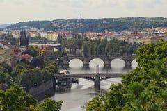 Vista dei ponti sul fiume della Moldava e sul centro storico di Praga, delle costruzioni e dei punti di riferimento di vecchia ci Immagine Stock