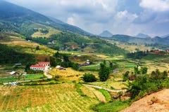 Vista dei terrazzi del riso e del villaggio agli altopiani di PA del Sa, Vietnam Fotografia Stock