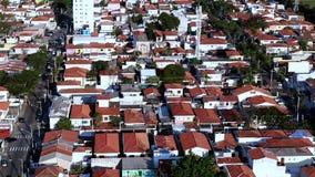 Vista dei tetti rossi differenti delle case video d archivio
