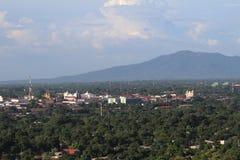 Vista del ³ n - cadena de Leà de volcanes en el fondo en el ³ n de Leà de la fortaleza foto de archivo libre de regalías