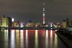 Vista del árbol del cielo de Tokio (los 634m) en la noche Imágenes de archivo libres de regalías