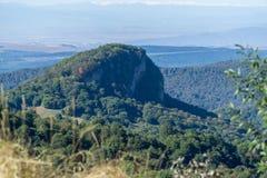 Vista del acantilado bosque-cubierto de la montaña en Kakheti, Georgia Fotografía de archivo libre de regalías