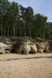 Vista del acantilado de la piedra arenisca cerca del mar Báltico, Vidzeme, Letonia Imágenes de archivo libres de regalías