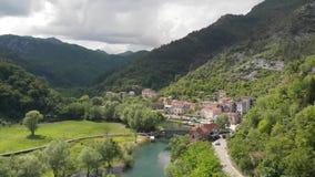 Vista del Aeral al vecchio ponte nel villaggio Rijeka Crnojevica che riflette nell'acqua nel Montenegro Stari pi? video d archivio