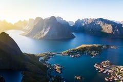 Vista del Aeral dell'isola Norvegia di Lofoten del villaggio di Reine fotografia stock libera da diritti