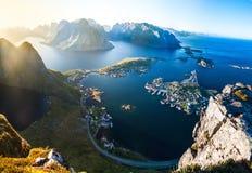 Vista del Aeral dell'isola Norvegia di Lofoten del villaggio di Reine fotografie stock libere da diritti